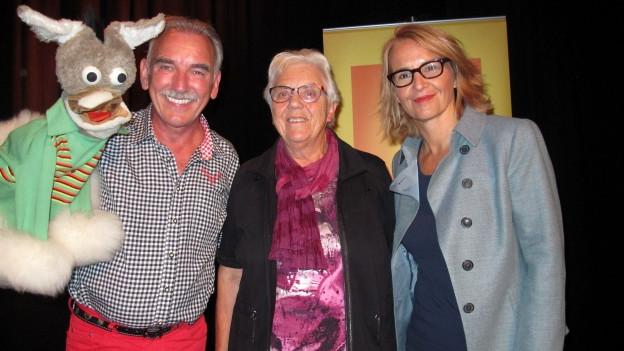 Bauchredner Urs Kliby und Wirtin Käthi Scherrer bei Gastgeberin Sonja Hasler (rechts).
