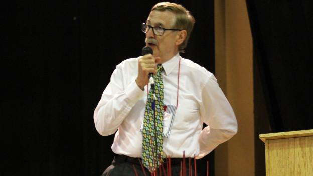 Rolf Brülhart spricht auf der Bühne.