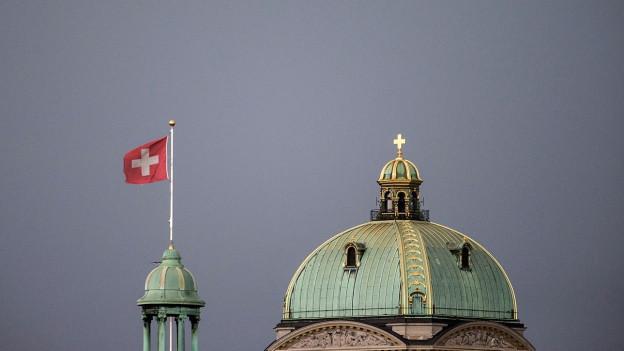 Bundeshaus und Schweizer Flagge.