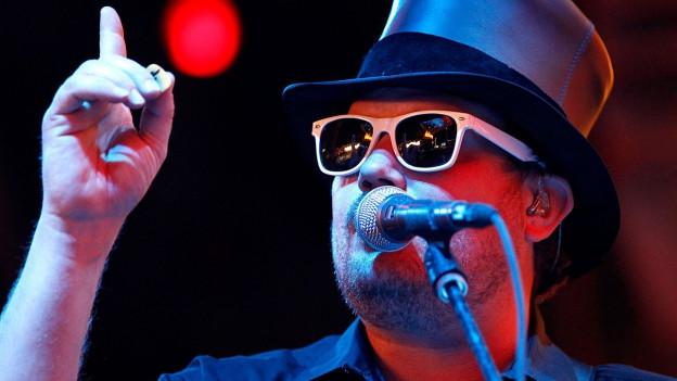 Country-Star Randy Rogers mit Sonnenbrille auf der Bühne.