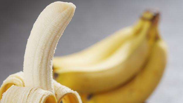 Grossaufnahme einer geschälten Banane.