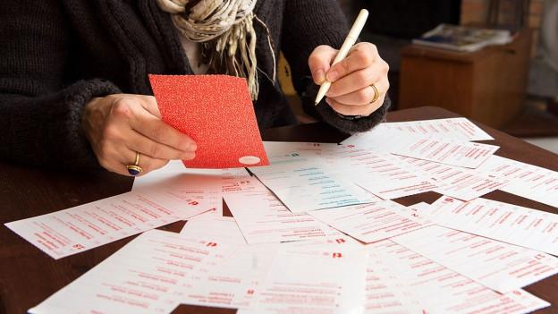 Frau füllt Wahlzettel aus.