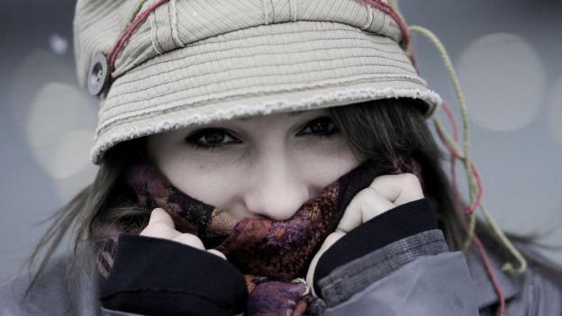 Frau mit Hut und Schal.