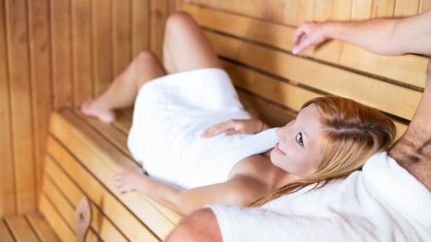 Ein Paar in der Sauna.