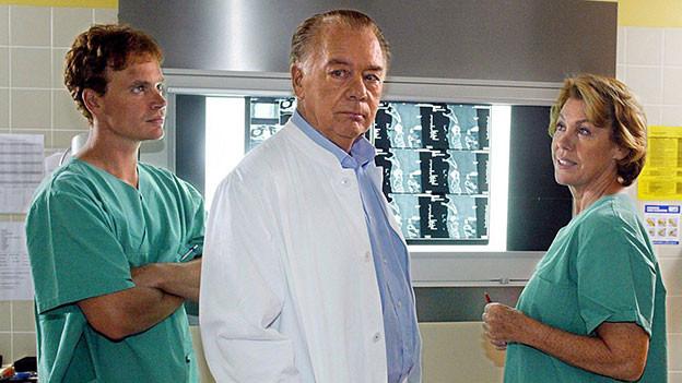 Alexander Wussow mit Vater Klaus-Jürgen Wussow und Gaby Dohm in der Arztserie Schwarzwaldklinik.
