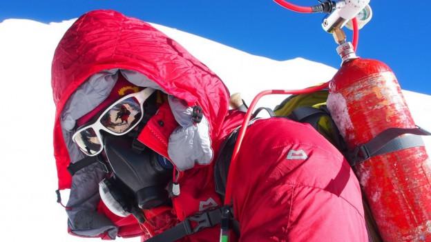 Ein Expeditionsteilnehmer mit Sauerstoffmaske