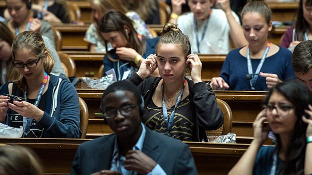 Jugendliche sitzen im Nationalratssaal.