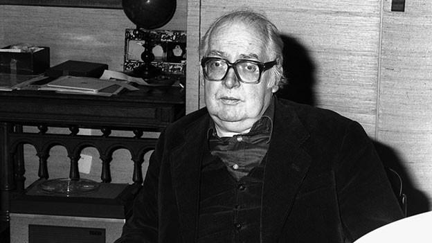 Porträt von Friedrich Dürrenmatt im Büro.