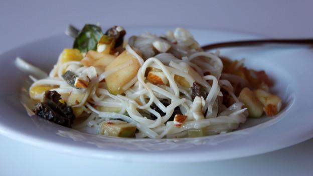 Kokoswasser-Pasta-Salat auf dem Teller.