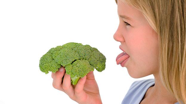 Mädchen mit Broccoli.