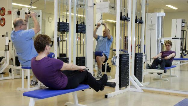 Ältere Leute im Fitnesscenter.