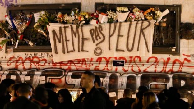 Transparent mit der Aufschrift «Meme pas peur».