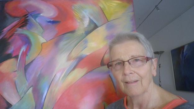 Karin Rüegg vor einem ihrer Bilder in ihrem Haus in Oberrohrdorf ein Bild