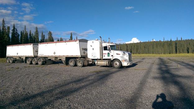 Ein weisser Truck steht auf einem Parkplatz.