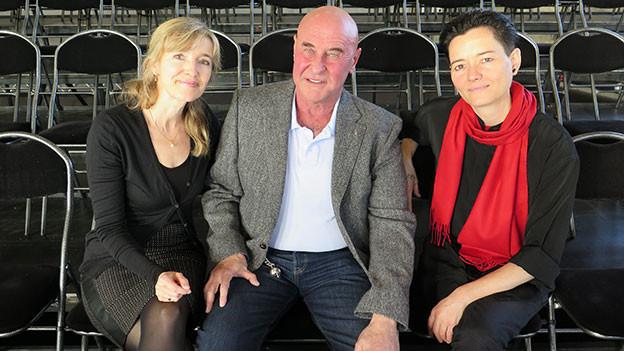 Anita Richner, Valentin Landmann und Mitra Devi posieren für ein Gruppenbild.