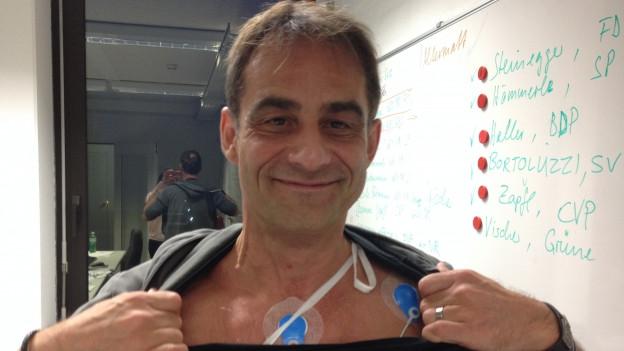 Thomy Scherrer mit der Verkabelung, mit der sein Stress-Level gemessen wurde.