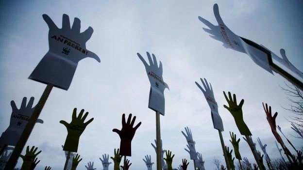 Klimaschutz-Aktion mit Papp-Händen.