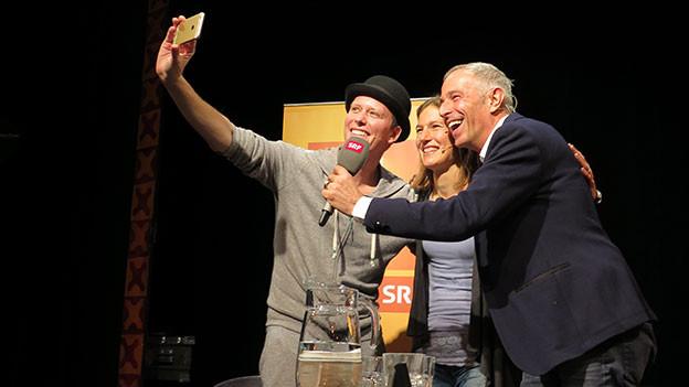Gregory Knie macht ein Selfie von sich, Simone Niggli-Luder und Dani Fohrler.