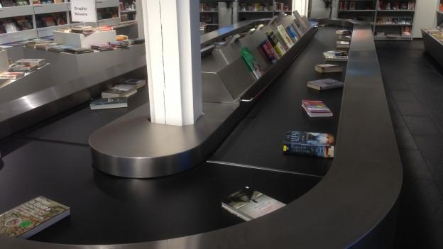 Ein Förderband mit Büchern, die in der Bibliothek in Basel soeben zurückgegeben wurden.