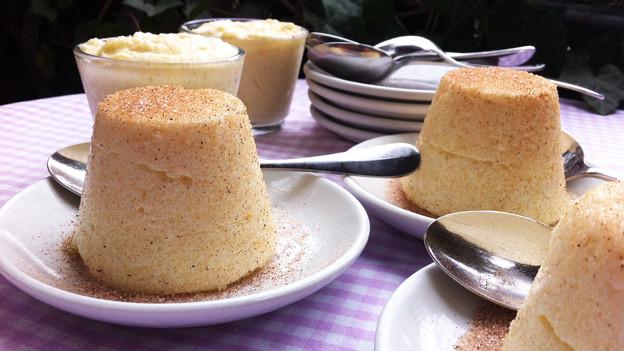 Griessköpfli mit Zimt-Zucker bestreut auf weissen Tellern.
