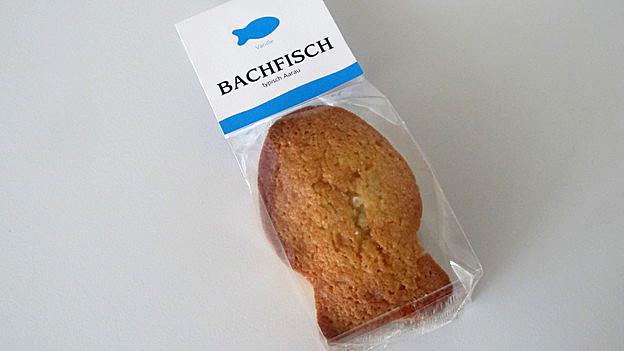 Ein in Plastik eingepackter Bachfisch.