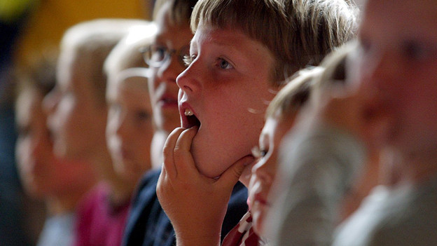 Kinder hören gespannt zu.