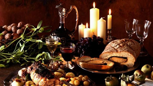 Festessen mit Kerzen und Wein.