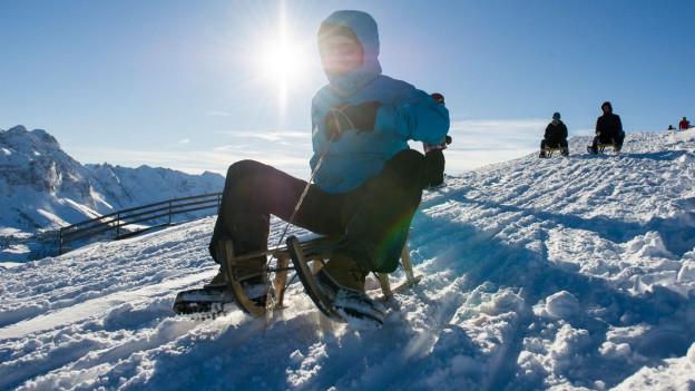 Mann auf Davoserschlitten.