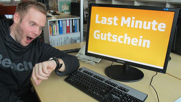 Stefan Siegenthaler greift sich an den Kopf - in letzter Minute noch keine Geschenke. Da hilft nur ein Gutschein aus der Patsche.