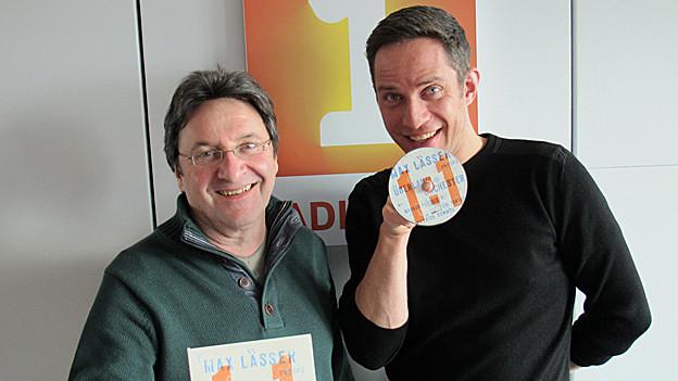 Max Lässer und Adrian Küpfer halten Lässers neue CD in der Hand.