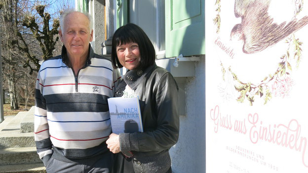 Stefan Kälin präsentiert sich mit mit Buchautorin.