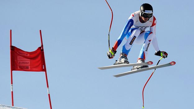 Nils Mani springt mit den Ski.