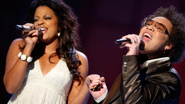 Marc Sway und Fabienne Louves auf der Bühne.