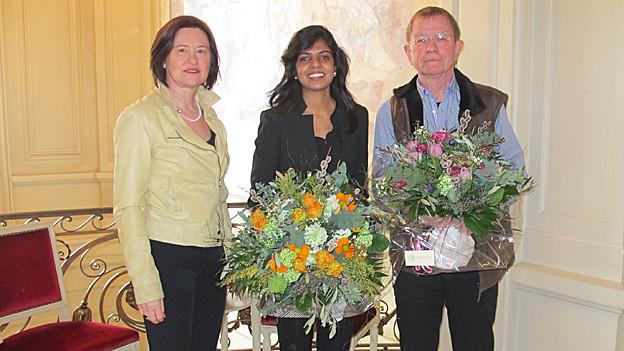 Katharina Kilchenmann posiert mit ihren Gästen.