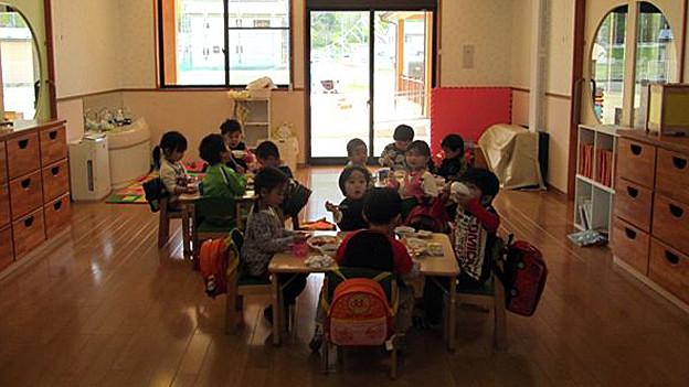 Kinder spielen in einem Hort.