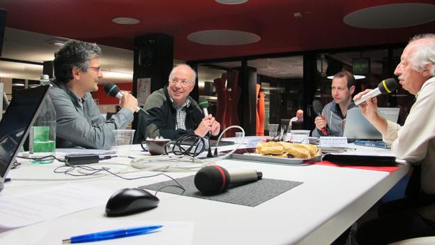 V.l.n.r: Thomas Häusler, Andreas Reinhard Christian von Burg und Roland Jeanneret am grossen Tisch im Radiostudio.