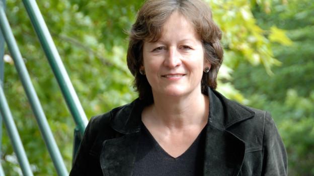 Gabrielle Alioth vor Blättern.
