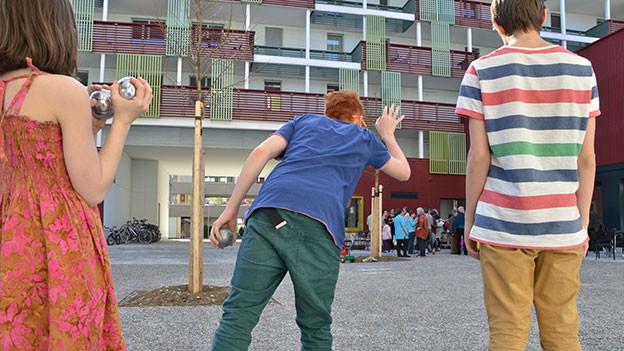 Leute spielen Boggia im Hof der Siedlung «Giesserei».