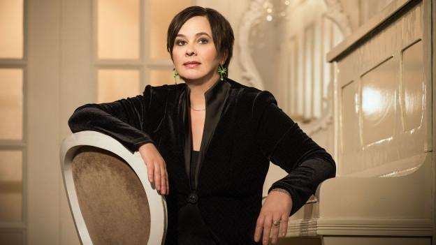 Vera Kaa auf einem Stuhl.
