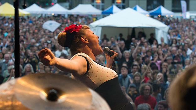 Nicole Bernegger auf der Bühne.