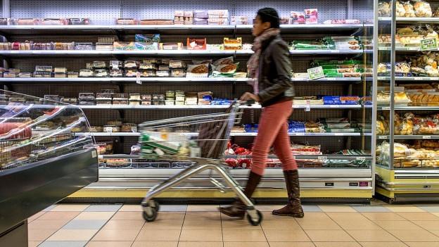 Frau mit Einkaufswagen.