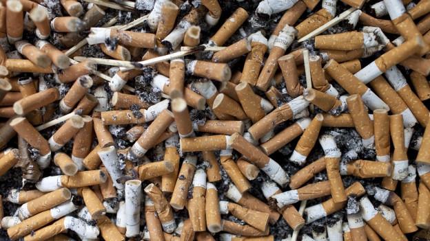 Viele Zigarettenstummel auf einem Haufen.