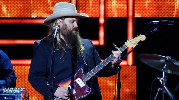 Chris Stapleton mit Gitarre auf der Bühne.