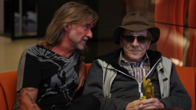 Ralph Wicki und Polo Hofer sitzen auf einem Sofa.