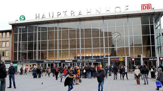 Auf dem Platz vor dem Kölner Hauptbahnhof gehen viele Menschen.