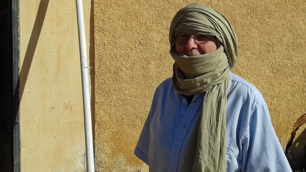 Bernhard Kipfer trägt einen Schal um den Kopf.