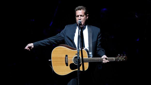 Glenn Frey mit Gitarre auf der Bühne.