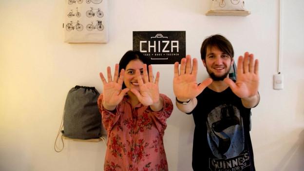 Lukas Steiner und seine Freundin Camila halten die Hände vor.