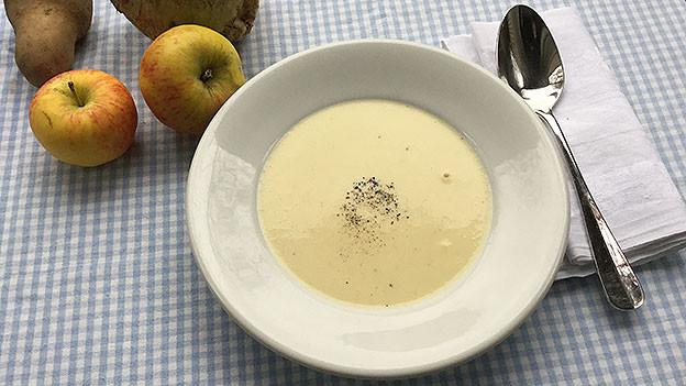 Riesling-Suppe in weissem Teller angerichtet.