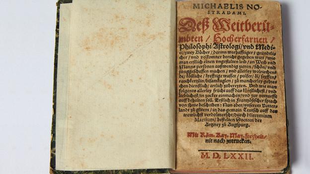 Ein offenes altes Kochbuch.